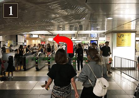 新宿駅東口を出て、左に曲がり直進します。