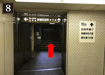 15b出口の階段を上って直進します。